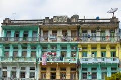 Gammal bostads- byggnad i Yangon Arkivfoton