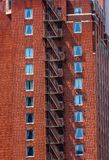 gammal brand för tegelstenbyggnadsescape arkivfoton