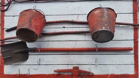 Gammal brandsköld med brand - släckning av hjälpmedel Arkivfoton
