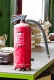 Gammal brandsläckare royaltyfri foto