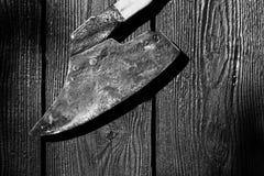 Gammal bred hövdad yxa med träskaften Fotografering för Bildbyråer