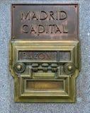 Gammal brevlåda i Madrid, Spanien arkivfoton