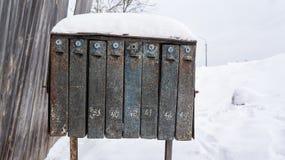 Gammal brevlådatextur i vinter på bygd, brevbärare, lång delikatessaffär arkivfoton