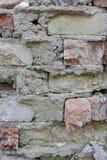 Gammal Brickwork red med den vita skarven Röd och vit silikattegelsten Smula tegelsten ibland royaltyfri foto