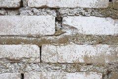 Gammal Brickwork red med den vita skarven Vit silikattegelsten Smula tegelsten ibland royaltyfria bilder