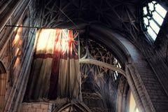 Gammal Britannien flagga inom gotisk stildomkyrka royaltyfri foto