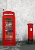 Gammal brittisk röd telefonask och röd bokstavsask Arkivfoton