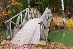 Gammal bro över dammet i den Abramtsevo Museum-reserven, Moskvaregion, Ryssland Fotografering för Bildbyråer