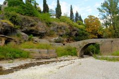 Gammal bro över den Ribnica floden, Podgorica Fotografering för Bildbyråer
