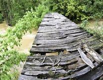 Gammal bro över den wideangle svullna floden Royaltyfri Foto