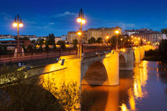 Gammal bro över Ebro River i natt Logrono Spanien Arkivfoto
