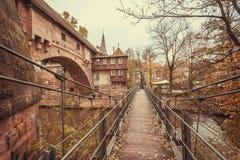 Gammal bro över floden i den historiska staden med historiska väggar Royaltyfria Foton