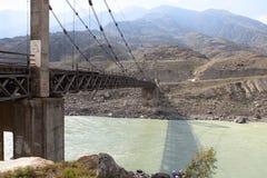 Gammal bro över floden Katun, Altai, Ryssland Fotografering för Bildbyråer