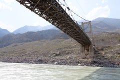 Gammal bro över floden Katun, Altai, Ryssland Arkivbild