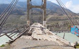 Gammal bro över floden Katun, Altai, Ryssland Royaltyfri Foto