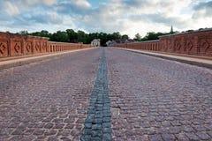 Gammal bro över floden med trottoar Royaltyfri Foto