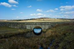 Gammal bro över kanalen Arkivfoto