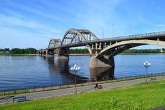 gammal bro över Volgaen royaltyfria bilder