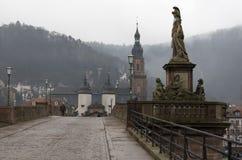 Gammal bro av Heidelberg och statyn på den, Tyskland fotografering för bildbyråer