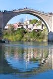 Gammal bro av Mostar och reflexionen i Neretva Arkivfoton