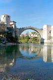 Gammal bro av Mostar och reflexionen i Neretva Arkivfoto