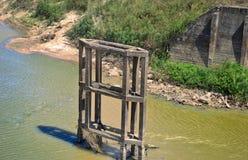 Gammal bro från vietnamkriget i centrala Vietnam royaltyfria bilder