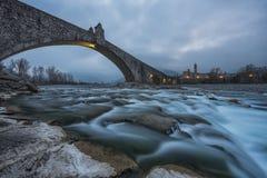Gammal bro Gobbo och Bobbio stad, Italien Fotografering för Bildbyråer