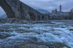 Gammal bro Gobbo och Bobbio stad, Italien Royaltyfri Bild