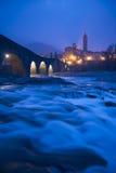 Gammal bro Gobbo och Bobbio stad, Italien Royaltyfri Foto