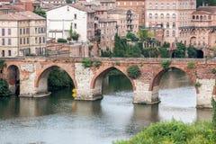 Gammal bro i Albi, Frankrike Arkivfoton