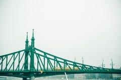 Gammal bro i Budapest under dimma Arkivbild