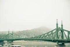 Gammal bro i Budapest under dimma Arkivfoto