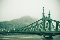 Gammal bro i Budapest under dimma Royaltyfri Bild