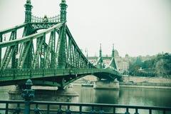 Gammal bro i Budapest under dimma Royaltyfria Bilder