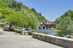 Gammal bro i den Rijeka Crnojevica staden royaltyfri foto