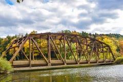 Gammal bro i höst Royaltyfri Bild