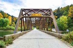 Gammal bro i höst Arkivbild