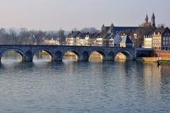 Gammal bro i maastricht Arkivfoto