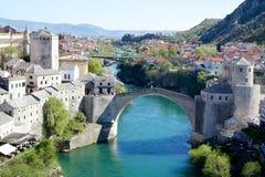 Gammal bro i Mostar över den Neretva floden Arkivfoton