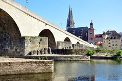 Gammal bro i Regensburg, Tyskland Arkivbilder