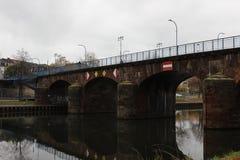Gammal bro i Saarbrucken Arkivfoton