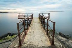 Gammal bro med rostiga metallstänger Royaltyfri Foto