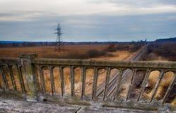 Gammal bro nära skog och nästan järnvägen Royaltyfria Bilder
