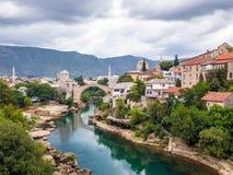 Gammal bro och Neretva flod i Mostar, Bosnien och Hercegovina Royaltyfri Fotografi
