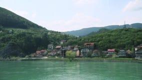 Gammal bro och stad vid floden stock video