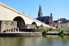 Gammal bro och staden av Regensburg, Tyskland, Europa Arkivfoto