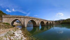 Gammal bro på den Drina floden i Visegrad - Bosnien och Hercegovina fotografering för bildbyråer