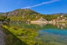 Gammal bro på den Drina floden i Visegrad - Bosnien och Hercegovina royaltyfri foto