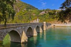 Gammal bro på den Drina floden i Visegrad - Bosnien och Hercegovina arkivfoto