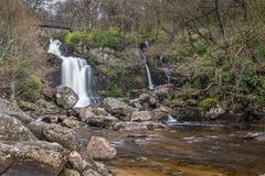 Gammal bro på Inversnaid vattenfall Arkivfoto